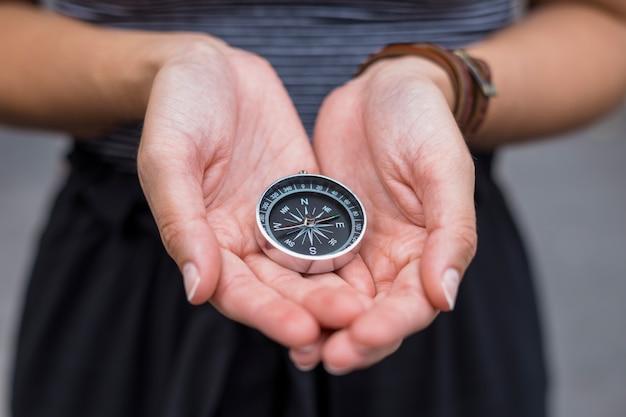 Weiblicher tourist mit kompass