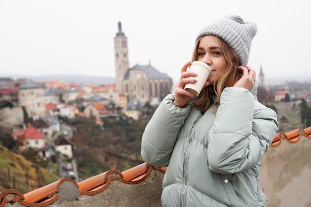 Weiblicher tourist vor dem hintergrund der stadt in der tschechischen republik