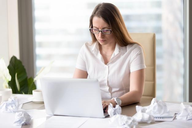 Weiblicher unternehmer, der bericht bis zum stichtag vorbereitet