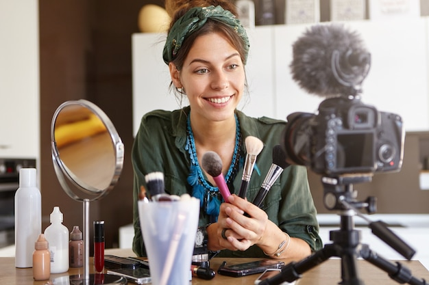 Weiblicher vlogger, der make-up-video filmt