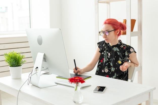 Weiblicher weiblicher hipster des grafikdesignermenschenkonzepts mit grafiktablett, das im büro arbeitet