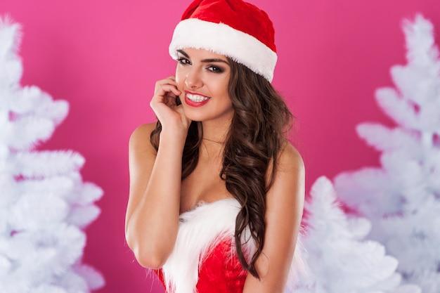 Weiblicher weihnachtsmann posiert