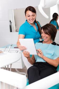 Weiblicher zahnarzt, der strahl der zähne x zeigt