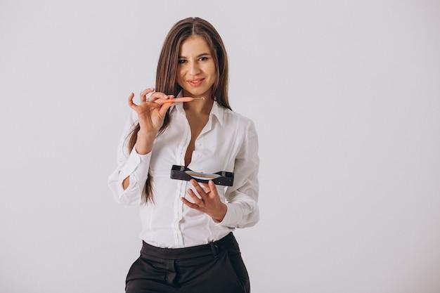 Weiblicher zahnarzt mit den zahnheilkundehilfsmitteln getrennt