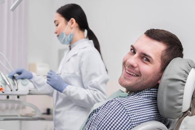 Weiblicher zahnarzt mit patienten