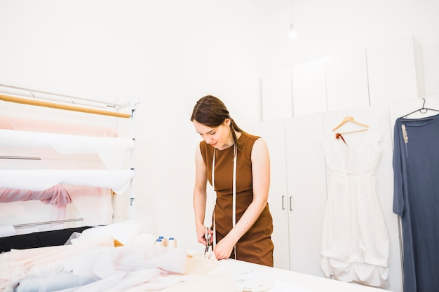 Weibliches designerausschnittgewebe mit scheren
