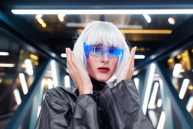 Weibliches futuristisches porträt.