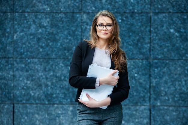 Weibliches geschäftsführerkonzept-porträt der erfolgreichen geschäftsfrau