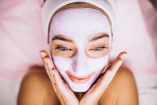 Weibliches gesicht bedeckt mit maskenabschluß oben