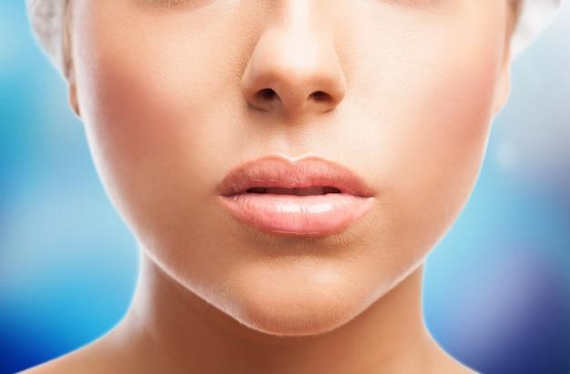 Weibliches gesicht mit den großen lippen in der nahaufnahme