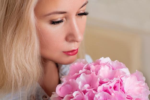 Weibliches gesicht nach brauenkorrektur und wimpernverlängerung