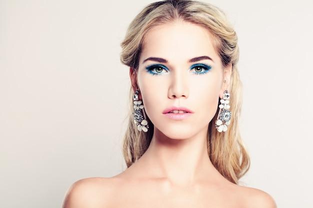 Weibliches gesicht schöne mode-modell-frau mit blonden haaren