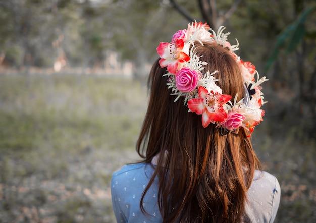 Weibliches haar mit krone der blume in der naturlandschaft