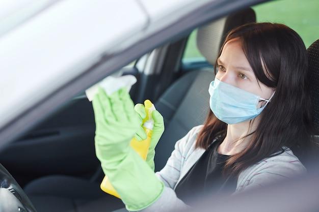 Weibliches handsprüh-desinfektionsmittel und antiseptische feuchttücher zur desinfektion des autos. sauberkeit und gesundheitsversorgung während des corona-virus, covid-19.