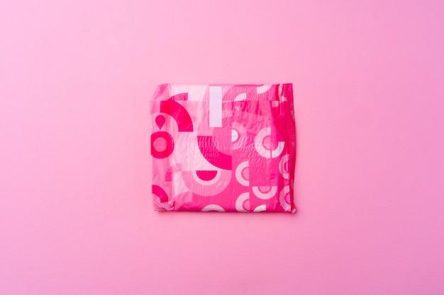 Weibliches hygienepad auf rosa hintergrundoberansicht, kopienraum