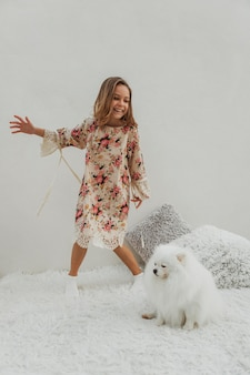 Weibliches kind und flauschiger hund spielen