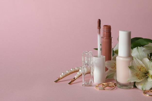 Weibliches konzept mit verschiedenen zubehörteilen auf rosa hintergrund