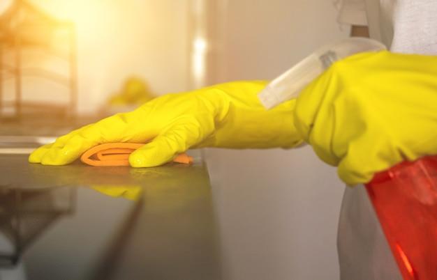 Weibliches mädchen kümmert sich um saubere küche, hausarbeitskonzept-hintergrundfoto
