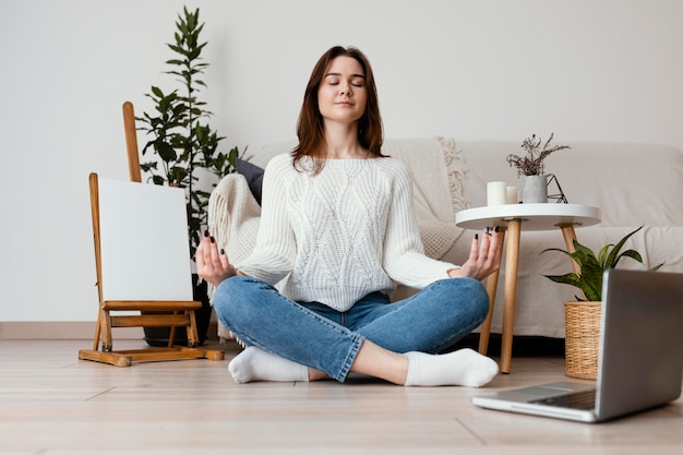 Weibliches meditierendes innenporträt