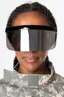 Weibliches militär, das ar intelligente brille trägt