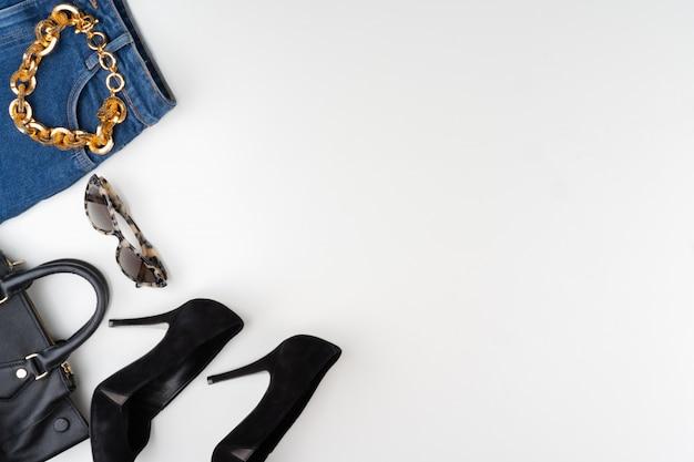 Weibliches mode-accessoire auf weißem hintergrund, ansicht von oben