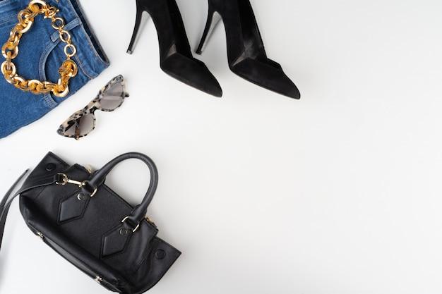 Weibliches mode-accessoire auf weißem hintergrund