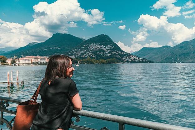 Weibliches model mit blick auf das meer in monte bre lugano schweiz