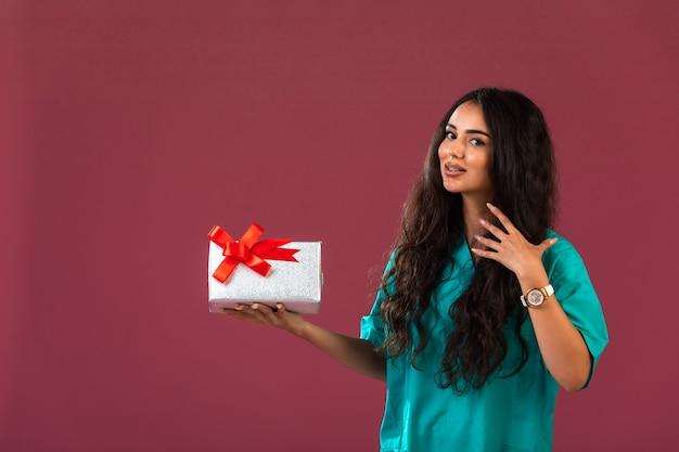 Weibliches modell, das eine bonuskampagne fördert