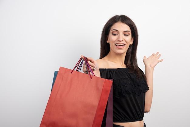 Weibliches modell, das einkaufstaschen hält