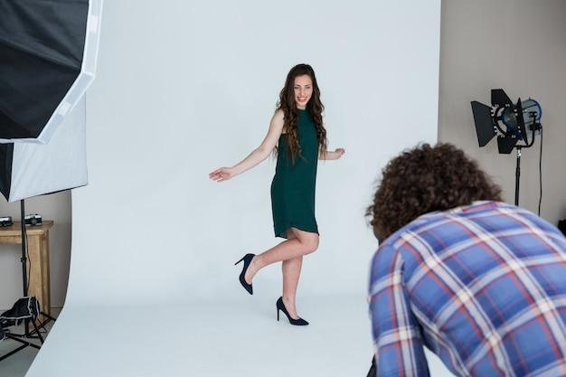Weibliches modell, das für ein fotoshooting aufwirft