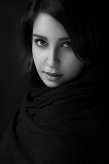 Weibliches modell, das in schwarzweiss aufwirft