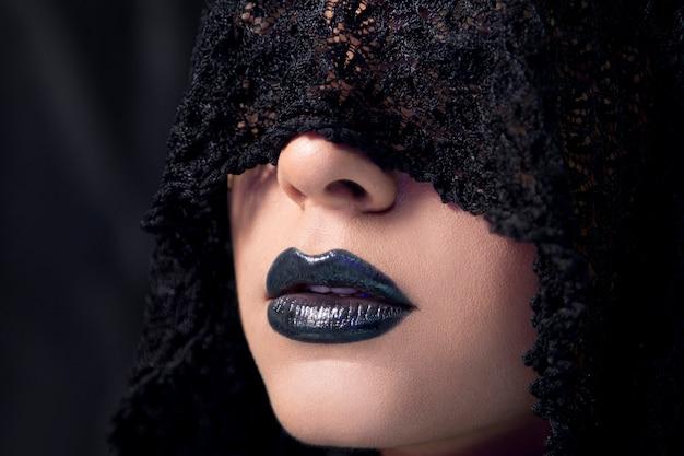 Weibliches modell, das make-up im gotischen stil mit schwarzem spitzenschal trägt