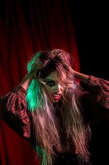 Weibliches modell halloweens, das mit ihrem haar spielt