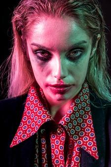 Weibliches modell halloweens, das schürhaken gegenübergestellt wird