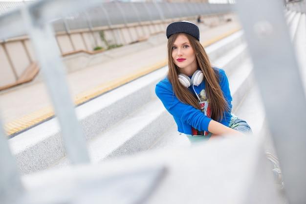 Weibliches modell im herbst winter outfits und baskenmütze