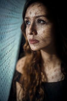 Weibliches modell im herbstsommerart make-up