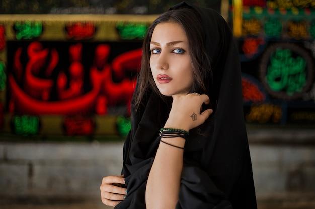 Weibliches modell im schwarzen hijab-outfit