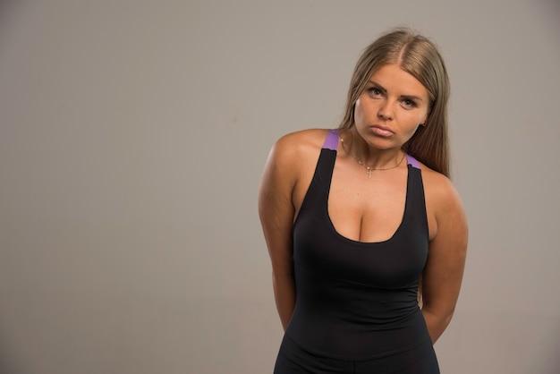 Weibliches modell im sport-bh sieht müde aus.