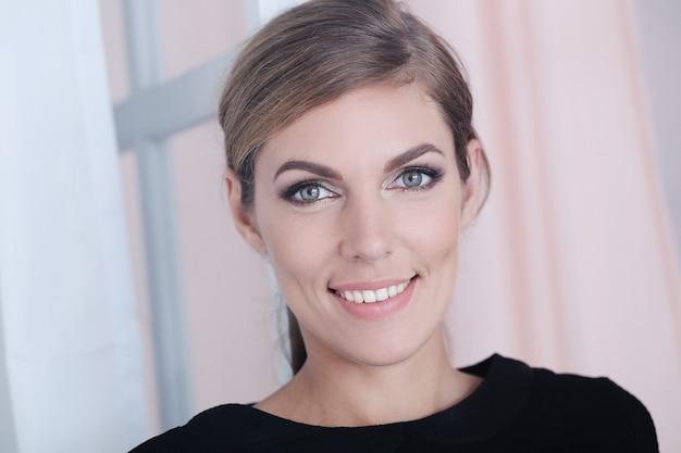 Weibliches modell in rauchigen augen make-up