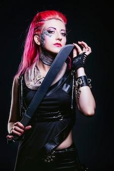 Weibliches modell mit futuristischer körperbemalung auf gesicht und kleidung des punkstils