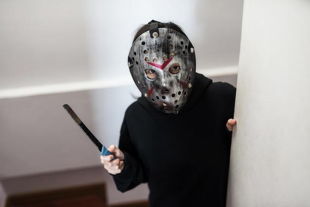 Weibliches modell mit jason-maske, halloween