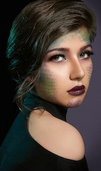 Weibliches modell mit künstlerischem make-up