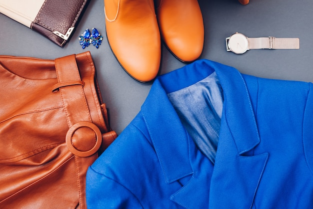 Weibliches outfit mit accessoires