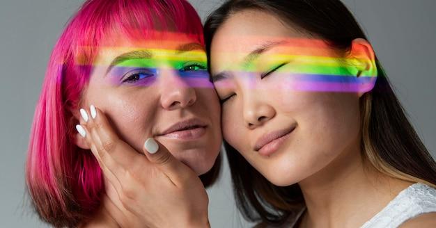 Weibliches paar mit regenbogensymbol