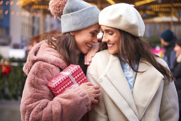 Weibliches paar verliebt in weihnachtsmarkt
