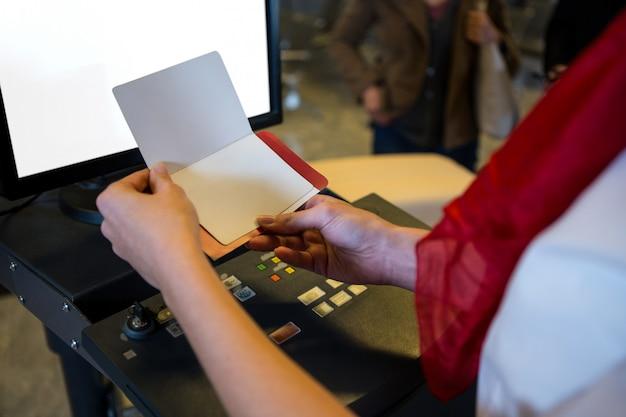 Weibliches personal, das bordkarte überprüft