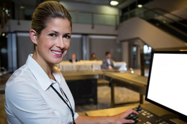 Weibliches personal, das im flughafenterminal arbeitet