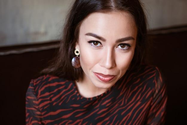 Weibliches schönes porträt einer brünetten kaukasischen nationalität nahaufnahme schöne braune augen mit make-up in einer jungen frau