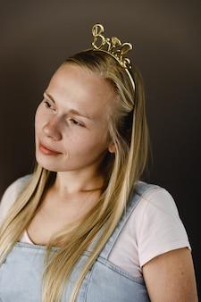 Weibliches stirnband für die hochzeit. haarnadeln für haare. weibliches zubehör. haarhalter. die inschrift braut am stirnband