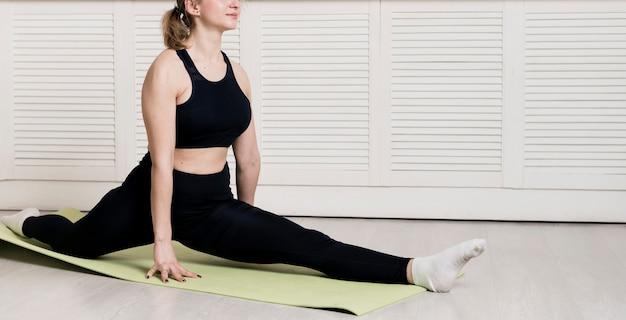 Weibliches training der nahaufnahme zu hause auf matte